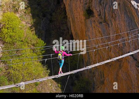 Klettersteig Weibl : Kletterin ueberquert eine drahsteilbruecke klettersteig grande