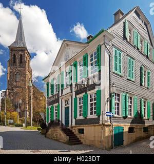 Deutsche Roentgen-Museum in Remscheid mit Kirche St. Bonaventura, Deutschland, Nordrhein-Westfalen, Bergisches Land, - Stockfoto