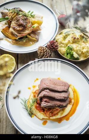 Gebackenes Huhn und Rindfleisch mit Zitrone und Rosmarin - Stockfoto