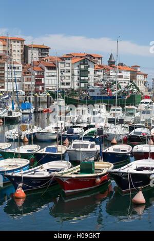Traditionelle Fischerboote vertäut im Hafen von Lekeitio, Baskenland (Euskadi), Spanien, Europa - Stockfoto