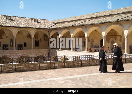 ASSISI, Italien - august 12, 2016: Innenraum der Basilika di San Francesco in Assisi, Italien - Stockfoto