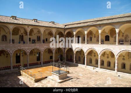ASSISI, Italien - august 12, 2016: Innenraum der Basilika di San Francesco in Assisi, Italien - Stockfoto