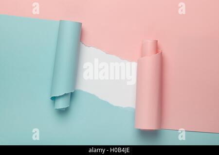 Tränen in blau und rosa Papier offenbart weißen Hintergrund unter
