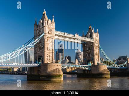 Am frühen Morgensonnenlicht eingefangen auf Tower Bridge, London, UK. - Stockfoto