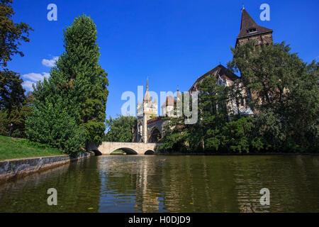 Burg Vajdahunyad (Ungarisch-Vajdahunyad Vara) mit See Spiegelung. Budapest, Ungarn - Stockfoto