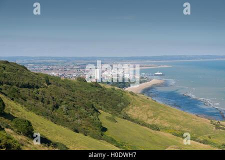 Stadt von Eastbourne, East Sussex, mit Kreide Downland im Vordergrund. - Stockfoto
