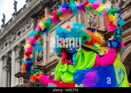 Eine Frau verkleidet für den Karneval in Venedig, Italien - Stockfoto