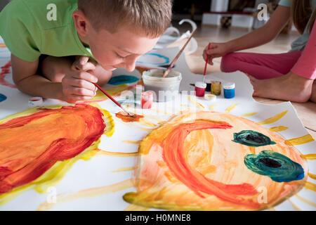 Nahaufnahme eines jungen Malerei zu tun - Stockfoto