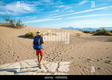 Junge Menschen wandern auf Dünen, touristische, Mesquite flachen Sand Dünen, Death Valley, Death Valley National - Stockfoto