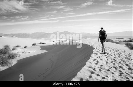Junge Menschen wandern auf Dünen, touristische, Mesquite flachen Sand Dünen, ausläufern von Amargosa Range hinter, - Stockfoto