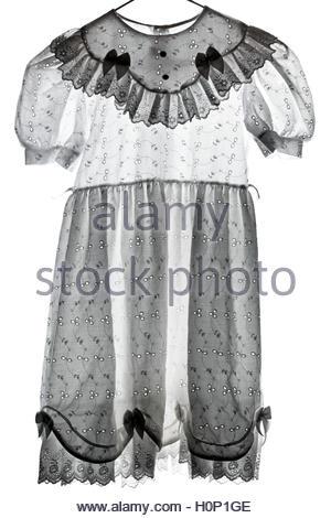 ein wenig Kinder weißen Kleid mit Stickerei - Stockfoto