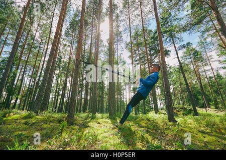 Läufer, die Dehnung Widerstand Band Baum Wald - Stockfoto