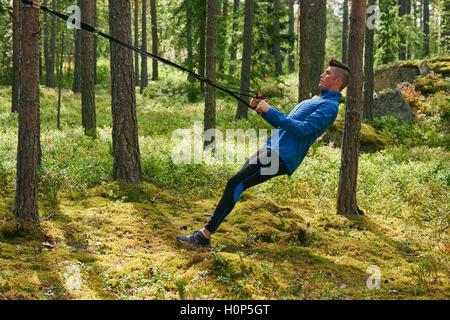 Läufer mit Widerstand Band Baum Wald - Stockfoto