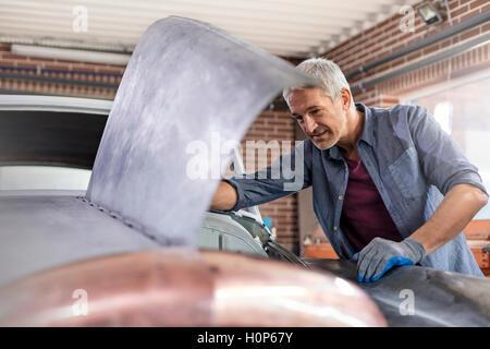 Mechaniker Kfz Motorhaube Auto-Werkstatt - Stockfoto