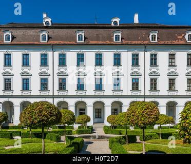 Augsburg, Deutschland - 8. September 2016: Barocke Fassade des Schaezlerpalais, Augsburg, Bayern, Deutschland mit - Stockfoto