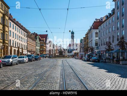 Augsburg, Deutschland - 8. September 2016: Straßenbahnlinien in Maximilian Straße, Augsburg, Bayern, Deutschland - Stockfoto
