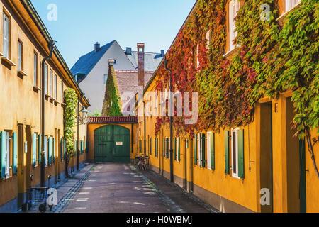 Augsburg, Deutschland - 8. September 2016: Bunte gelbe Gebäude in Fuggerei, Augsburg, Deutschland einen zentralen - Stockfoto