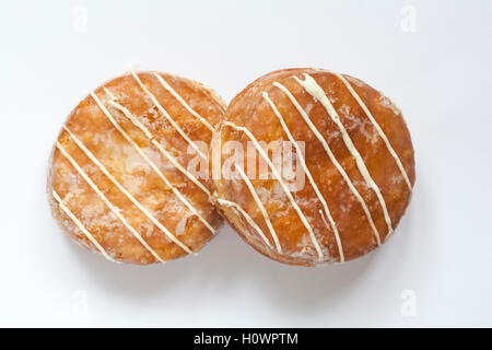 M & S Passionsfrucht Yum Yums iced Krapfen isoliert auf weißem Hintergrund - Stockfoto