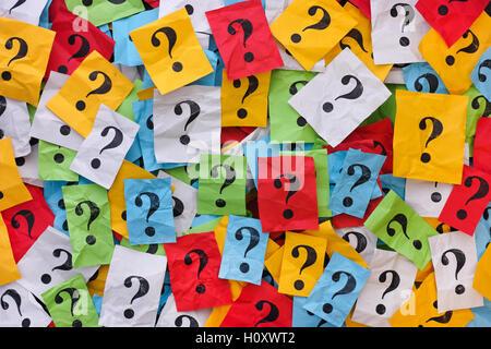 Zu viele Fragen. Haufen von Notizen auf bunten Papier mit Fragezeichen. Closeup. - Stockfoto