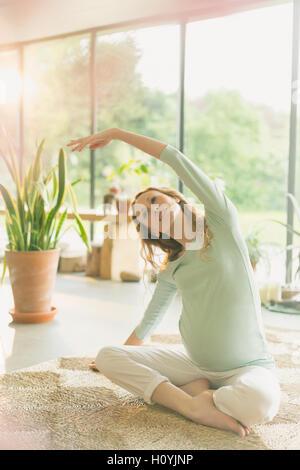 Schwangerschaft-Frau praktizieren Yoga Seite dehnen - Stockfoto
