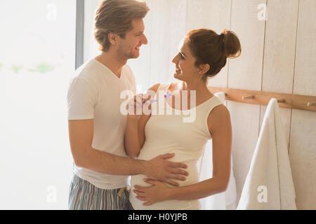 Schwangerschaft paar Bürsten Zähne Bad - Stockfoto