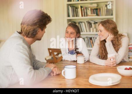 Familie Teetrinken Esstisch im Gespräch - Stockfoto