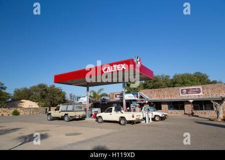 Fahrzeuge tanken an einer Tankstelle Garage in ländlichen Botswana - Stockfoto