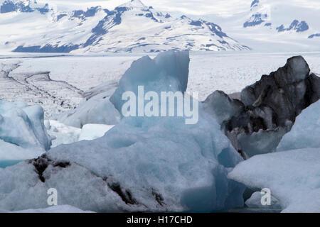 Eisberge aller Altersstufen in Jökulsárlón Gletscher Lagune und Breiðamerkurjökull Gletscher Vatnajökull Island - Stockfoto