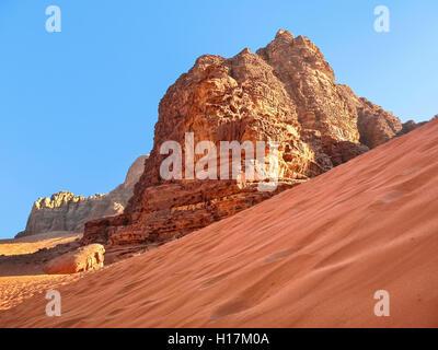 Roten Dünen in der Wüste Wadi Rum, Jordanien - Stockfoto