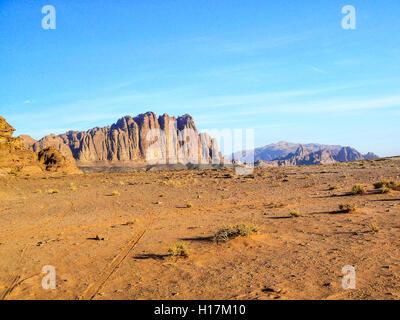 Die sieben Säulen der Weisheit in der Wüste Wadi Rum, Jordanien - Stockfoto