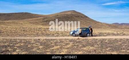 Kleinen Mietwagen mitten in der Wüste in Afrika Marokko Urlaub - Stockfoto