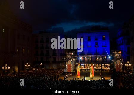 Barcelona, Spanien. 22. September 2016. Traditionelle katalanische Riesen (oder Gegants) Tanz für das Publikum bei Barcelona Stadtplatz während de Toc de Inici die markiert den Beginn der La Merce Festival 2016. Bildnachweis: Jordi Boixareu/Alamy Live-Nachrichten