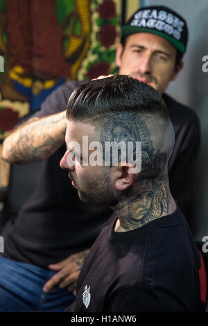 London, UK. 23. Sep, 2016. Ein Tattoo-Künstler bei der Arbeit auf der 12. internationalen London Tattoo Convention - Stockfoto