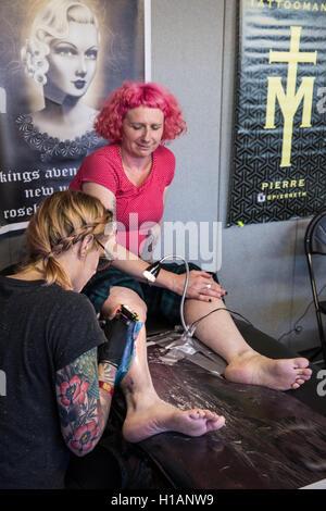 London, UK. 23. Sep, 2016. Ein Tattoo-Künstler bei der Arbeit auf der 12. internationalen London Tattoo Convention - Stockfoto