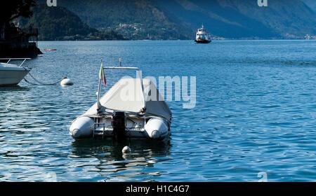 Varenna, Italien - 4. September 2015: ein überdachten Boot fotografiert in der Nähe von Varenna, Comer See, Italien - Stockfoto