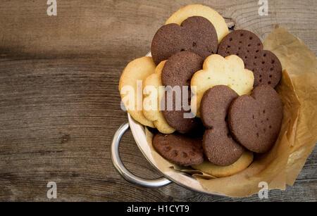 Mexikanische heiße Schokolade, Zitronenthymian und klassische Vanille Spritzgebäck in Zinn Schale mit dunklem Hintergrund - Stockfoto