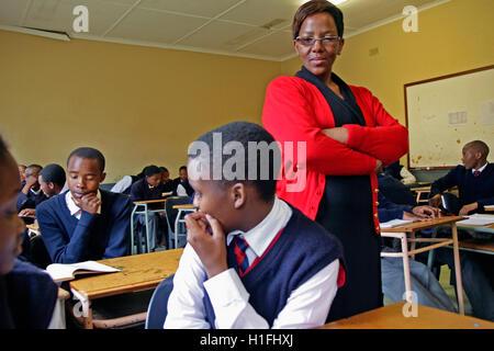 Lehrer mit Schülerinnen und Schüler im Klassenzimmer, Markus Schule, Mbabane, Hhohho, Königreich Swasiland