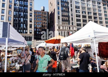 Manhattan New York City NYC NY Chelsea Chelsea Flohmarkt Freiluftmarkt Wocheneinkauf Antiquitäten Sammlerstücke - Stockfoto