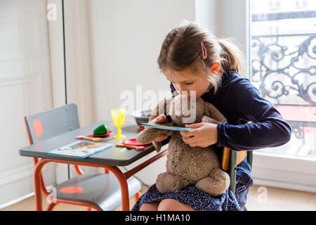 7 jahre alten m dchen spielzeug katalog lesen stockfoto bild 72427322 alamy. Black Bedroom Furniture Sets. Home Design Ideas