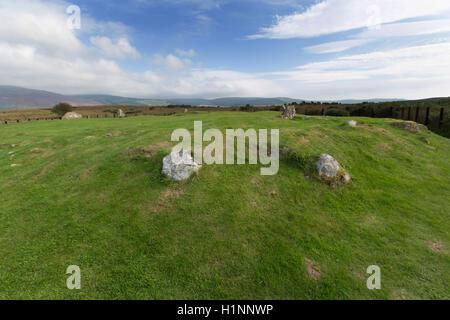 Isle of Arran, Schottland. Malerische Aussicht auf Moss Farm Road Cairn, Steinkreise Machrie Moor in der Nähe. - Stockfoto