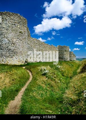 Ansicht E am südwestlichen Ecke Bastion (L) & S Wand Portchester späten C3rd römischen Kastells, Hampshire, England, - Stockfoto
