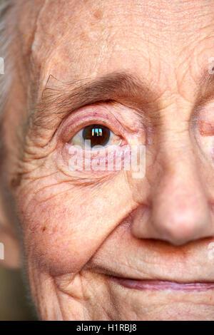 Detail-Porträt eines älteren Frauen auf schwarzem Hintergrund - Stockfoto