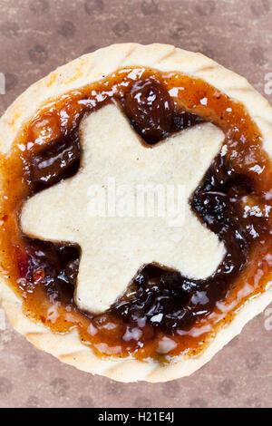 Urlaub Mince Pies mit sternförmig, von oben gesehen. - Stockfoto
