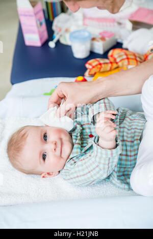 Tücher verwenden für ein 6 Monate altes Babymädchen waschen. - Stockfoto