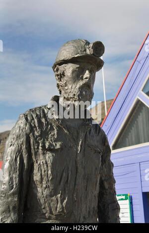 Europa, Norwegen, Svalbard (Spitzbergen), Longyearbyen, Statue eines Bergmanns im Zentrum der Stadt - Stockfoto