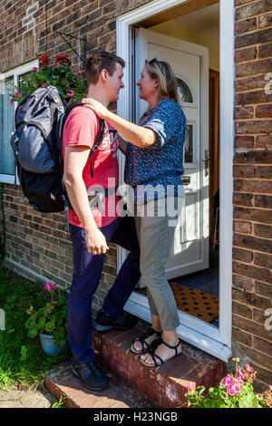 Ein junger Mann verabschiedet sich von seiner Mutter, zu reisen, Sussex, UK - Stockfoto