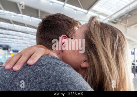 Ein junger Mann sagt auf Wiedersehen zu seiner Mutter zu gehen, Reisen, Heathrow Airport, Großbritannien - Stockfoto