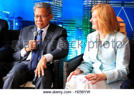 Trafalgar Square, London, UK, 24. September 2016, Lady Victoria Borwick, Herrn Dato Sri Mustapa Mohamed, Jimmy Choo, - Stockfoto