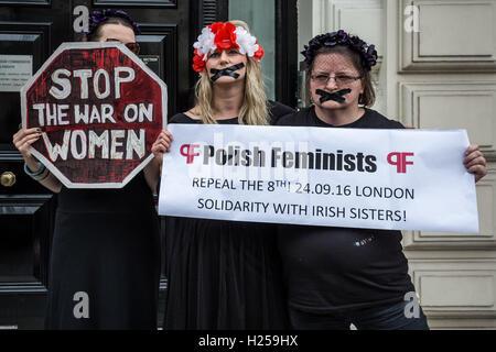 London, UK. 24. September 2016. Protest vor der polnischen Botschaft in London gegen Polens Rechtsextreme Gesetzgeber - Stockfoto