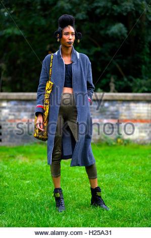 London, UK. 24. September 2016. Grafik-Designer Diectice Artisque, Afro-Punk-Street-Style, London Alexandra Palace - Stockfoto